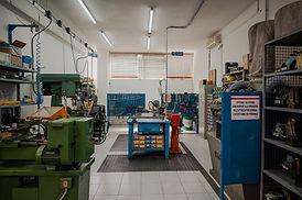 Disponiamo inoltre di un'officina attrezzata per ogni tipo di riparazione, modifica e personalizzazione dei macchinari e degli stampi per perfezionare al meglio i nostri prodotti in base alle richieste dei nostri clienti.