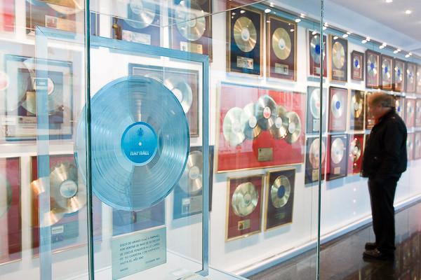 Disco de Uranio concedido a Raphael, expuesto en el Museo dedicado a él mismo en Linares (Jaén), su pueblo natal.