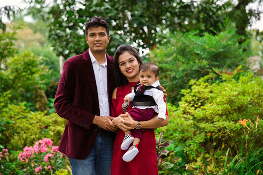 family photography poses outdoor parents love bond