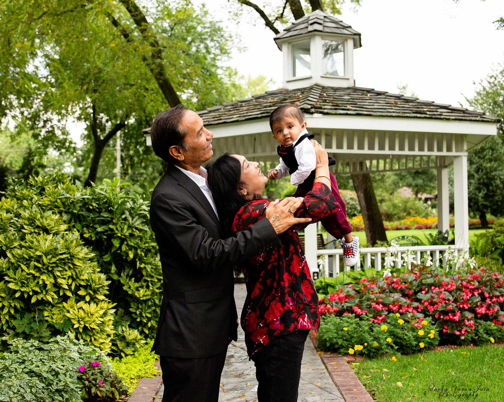 family photography poses outdoor grandparents green