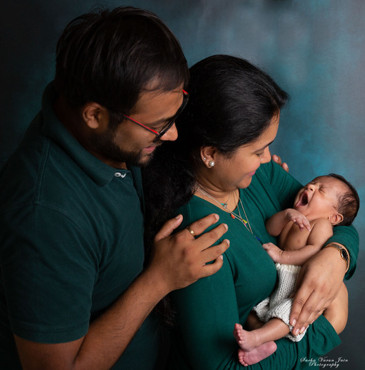 newborn and parents pose photography chennai baby cute green portrait