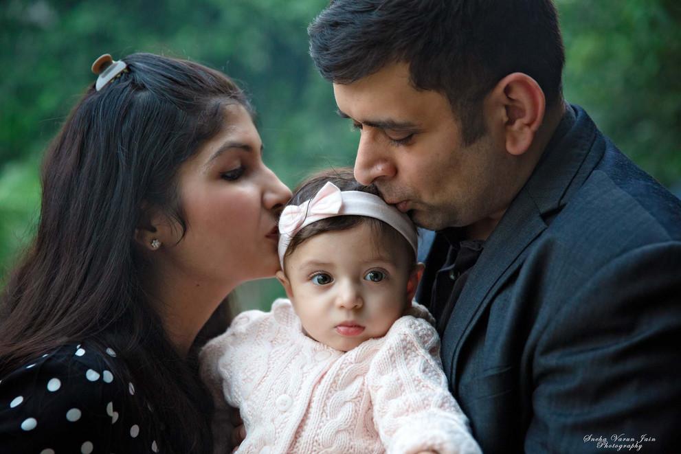 family photography poses outdoor portrait closeup love kiss parents infant