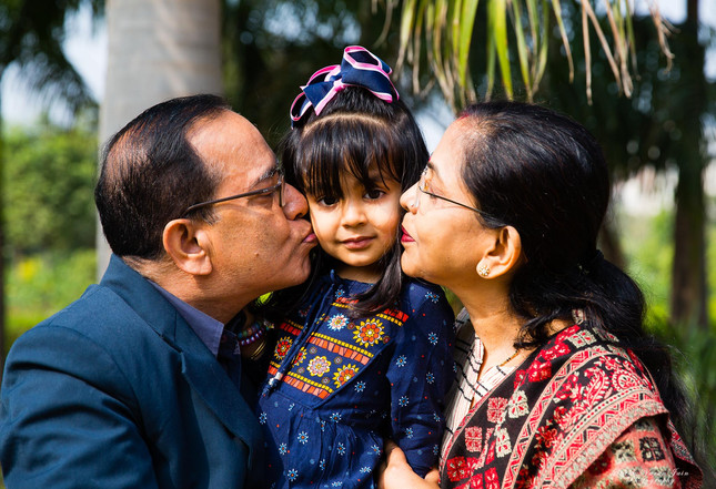 family-photography-poses-outdoor-grandparents-closeup
