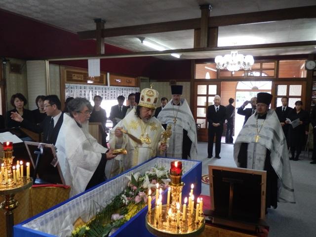 赦罪の祝文を唱え聖水が棺に注がれる