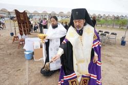 土地に聖水を注ぐ大主教座下