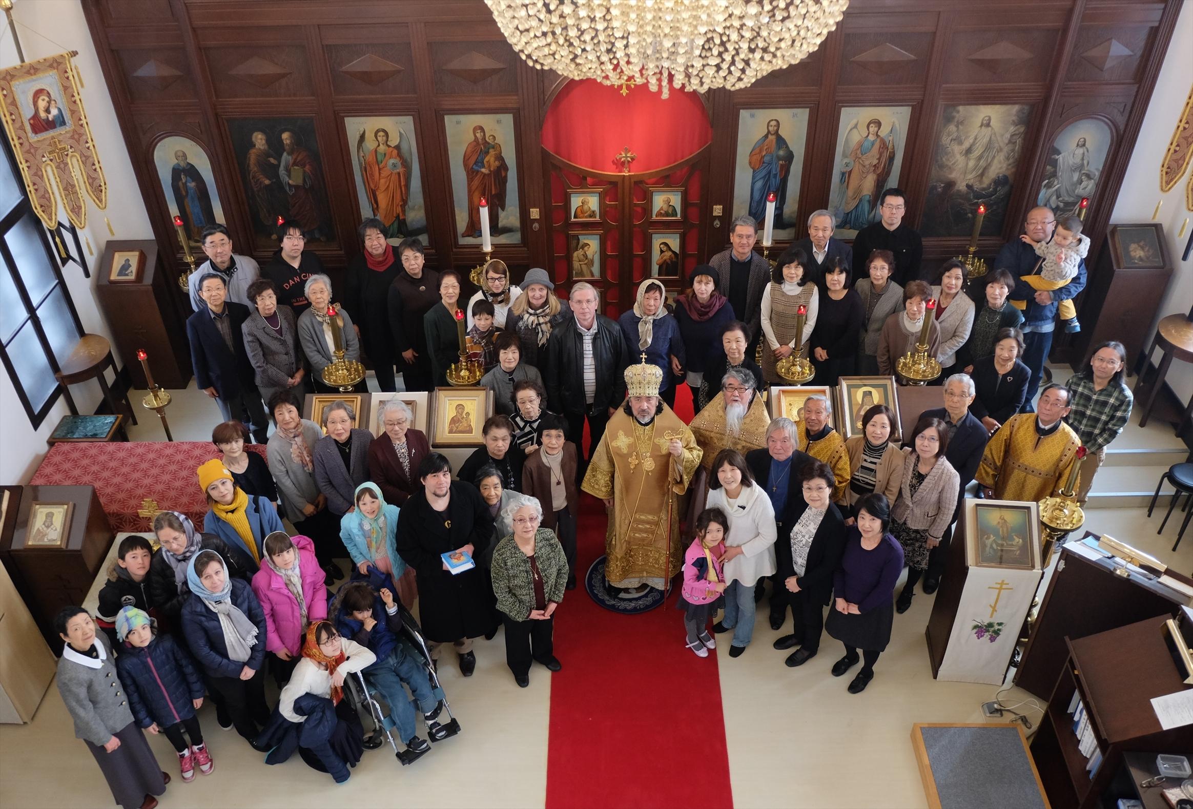 聖堂で参祷者と共に記念撮影