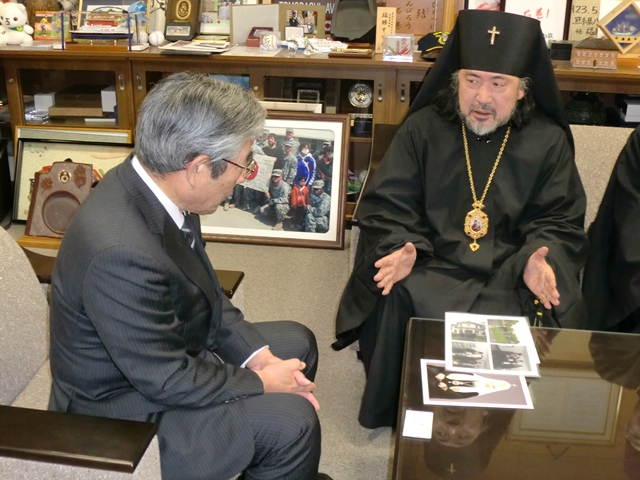 亀山石巻市長と懇談するセラフィム大主教