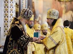 お祝いのパナギヤが総主教聖下から贈られる