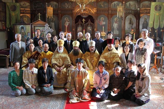 函館正教会聖堂の主日聖体礼儀後の記念写真
