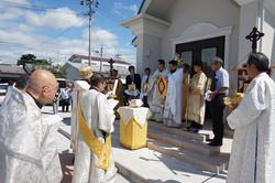 聖堂入り口での祈祷