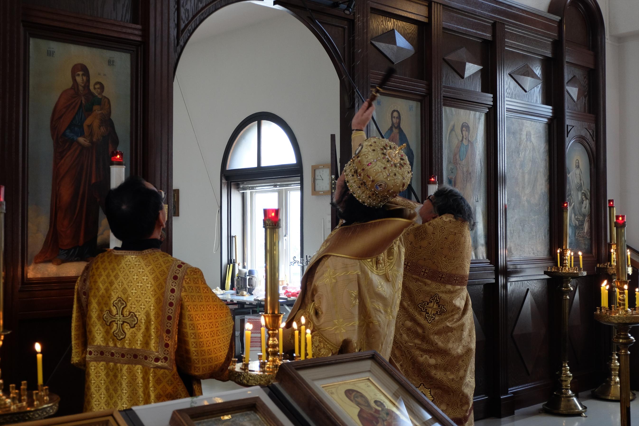 聖水を注ぎ聖膏が塗布される