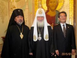 キリール総主教(中央)、原田駐露大使(右)と共に
