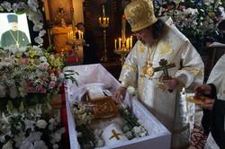棺に聖水と聖油が注がれる