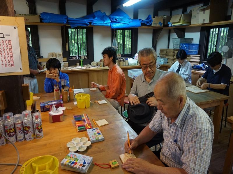 ふるさと村で工芸体験