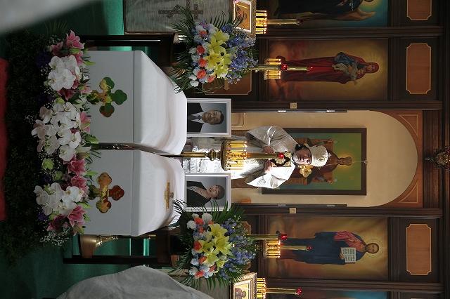 花に飾られて並ぶ2つの棺