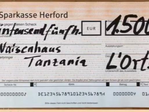 Scheck über 1.500€ von den L-Órt Singers aus Löhne