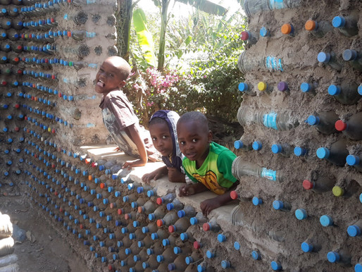 Bau des Kinderheims mit PET-Flaschen