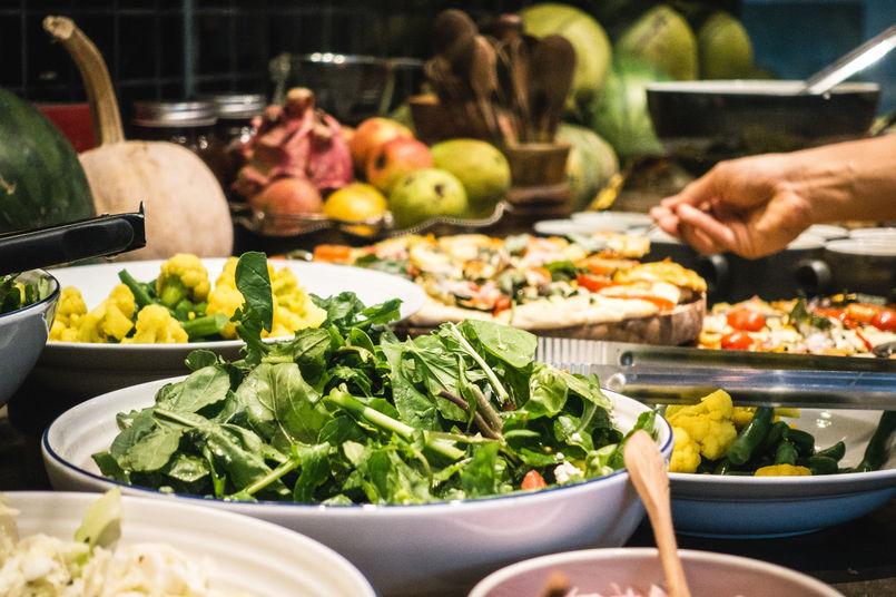 foodiesfeed.com_healthy-vegetarian-salad