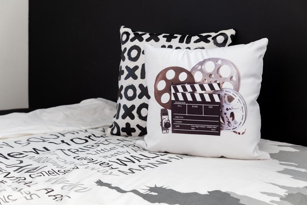 חדר מעוצב לבן בקונספט סרטים