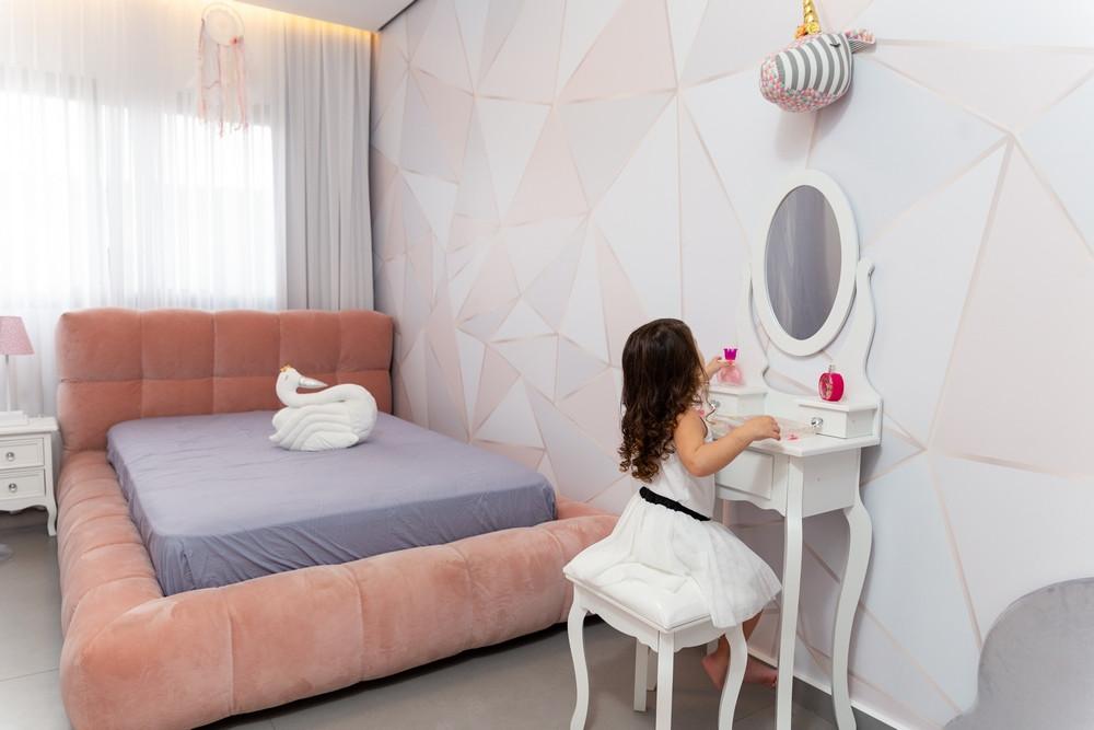 חדר מעוצב לבת בצבעי ורוד ואפור