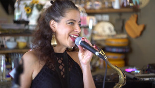 Foxy Saxophone - זמרת סקסופוניסטית