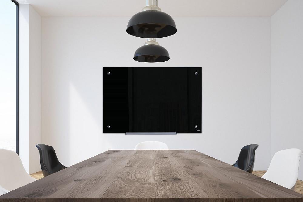 חדר ישיבות מעוצב עם לוח מחיק מזכוכית בצבע שחור