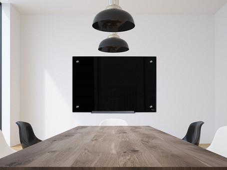 עיצוב חדר ישיבות עם לוח מחיק מזכוכית