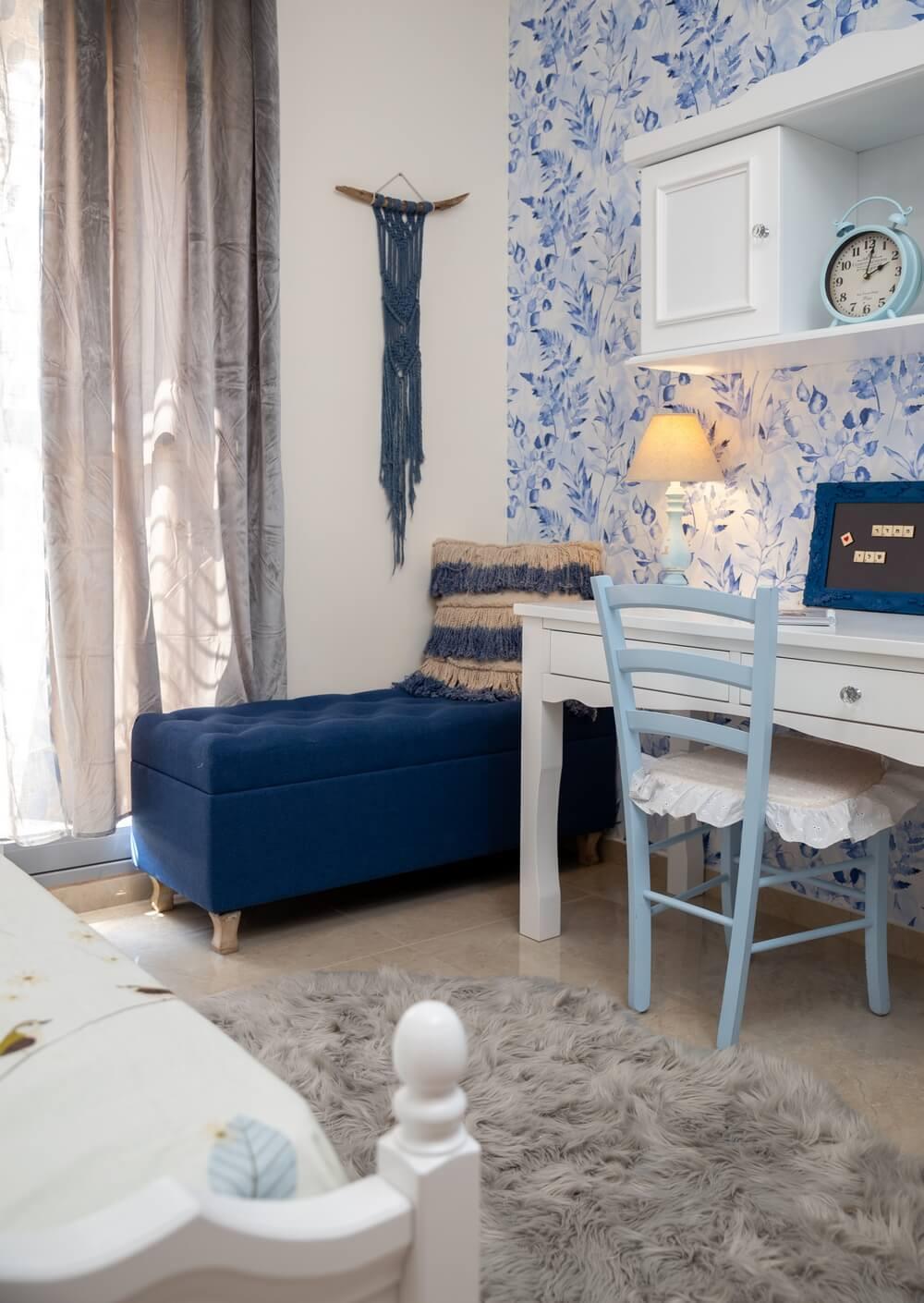 חדר מעוצב לילדה בצבעי כחול לבן