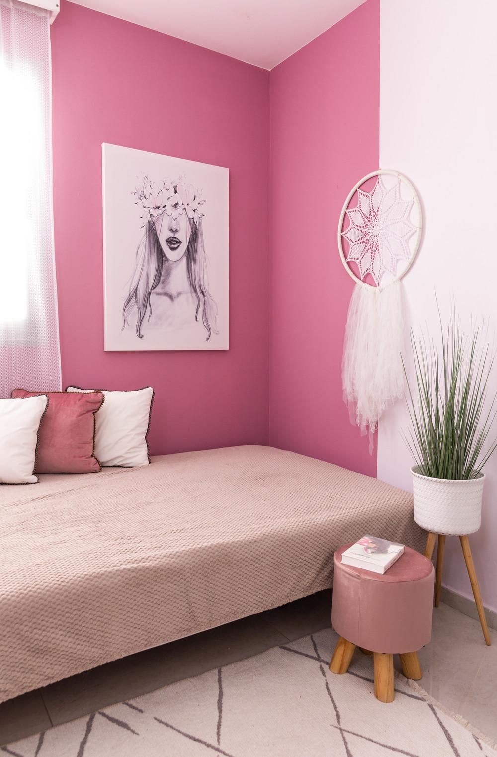 חדר מעוצב לנערה בגוון ורוד וסגול