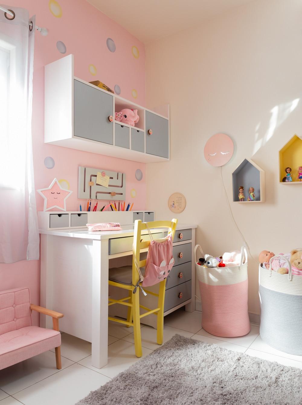 עיצוב חדר לילדה בגווני ורוד אפור וצהוב