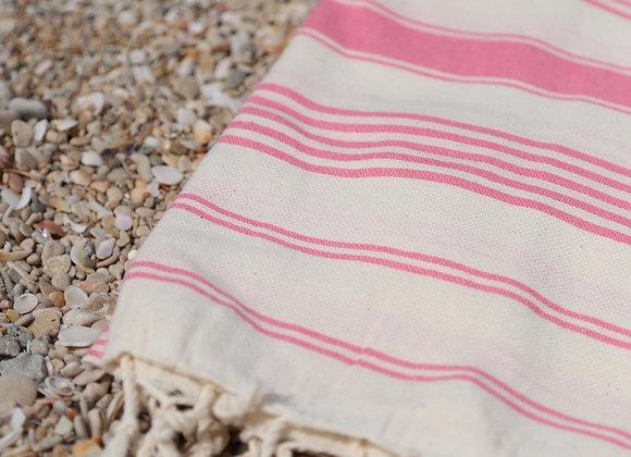 מגבת חוף אדומה עם פסים אדומים פרוסה על החוף