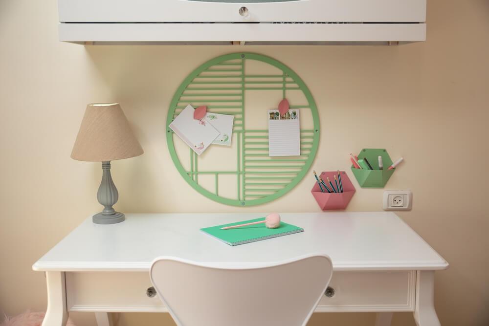 חדר מעוצב לילדה בגווני ורוד אפור ומנטה