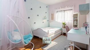 חדר מעוצב לילדה בצבעי פסטל באווירת פיות קסומה