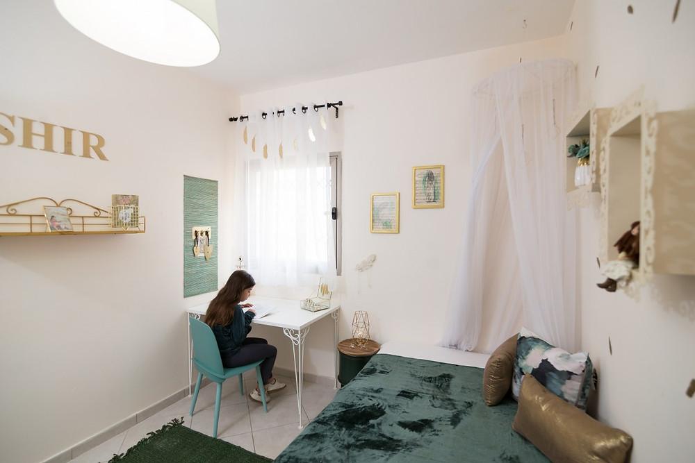 חדר מלכותי לנערה בגוון ירוק בקבוק וזהב