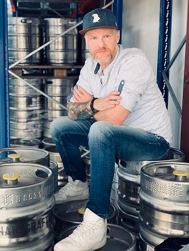 Noch sitzt Hanscraft & Co. Geschäftsführer Christian Hans Müller auf seinen vollen Fässern. Hofft aber, dass sich dies bald ändern wird – für einen guten Zweck!