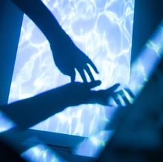 舞蹈水倒影和手.jpg