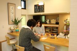 まるでカフェのようなウェイティングスペース