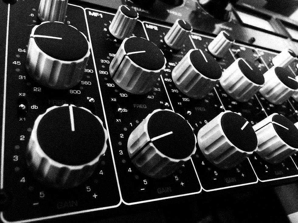 kontrast-eq-mastering_bw_noise.jpg