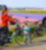 4756594-gezin-met-twee-kinderen-fietsen-