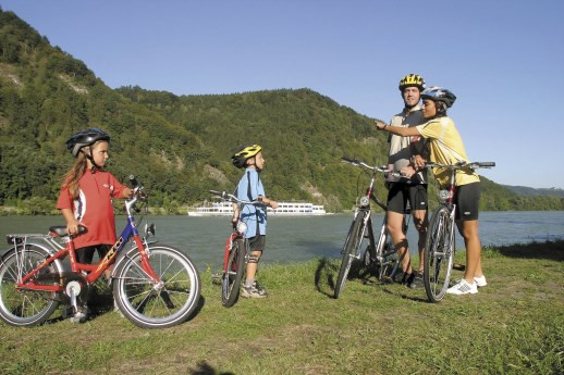 Danube-cyclists.jpg