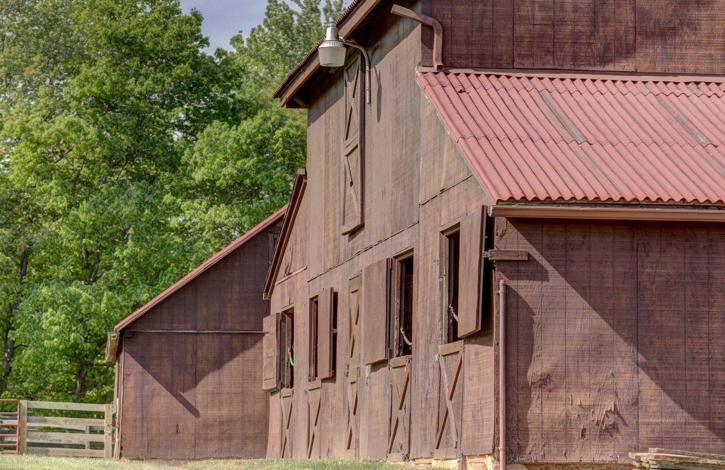 middle barn.jpg