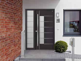 Unser Haustürmodell HT288 mit einem Seitenteil ST100 im Haus eingebaut.