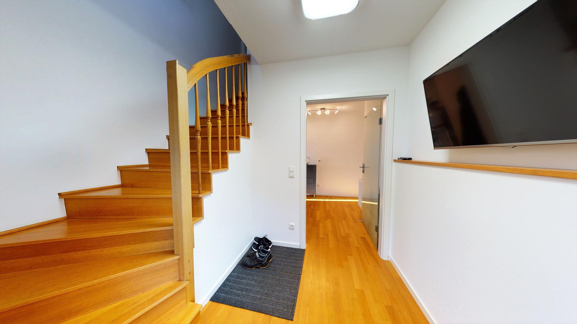 Hauseingang Holztreppe.jpg