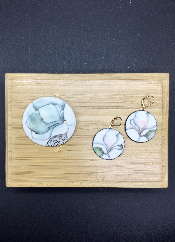 Broche et boucle en porcelaine