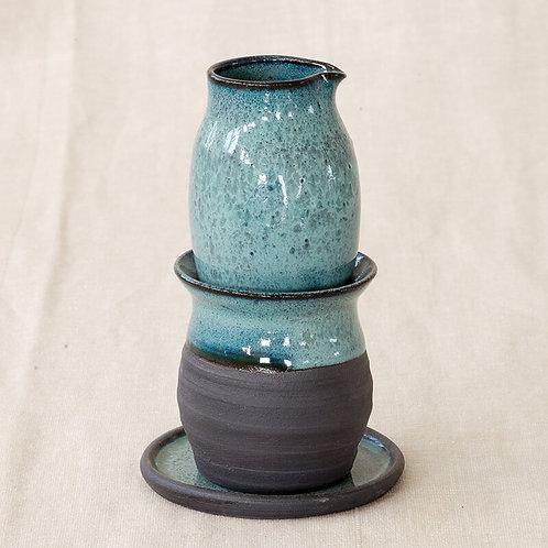 מים אחרונים בצבע כחול על חימר שחור