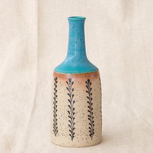 בקבוק טורקיז עם עיטורים של עלים שחורים