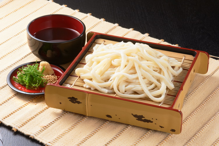 Cold udon with dipping sauce