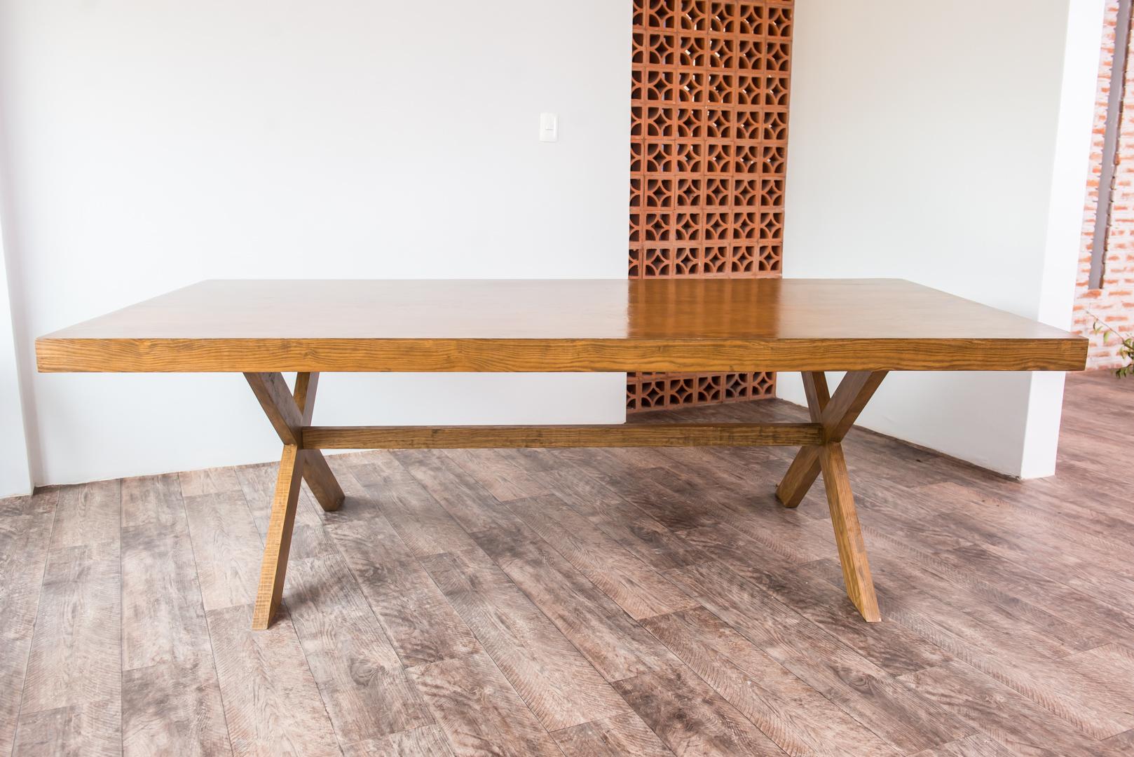 Mesa de madera color nogal