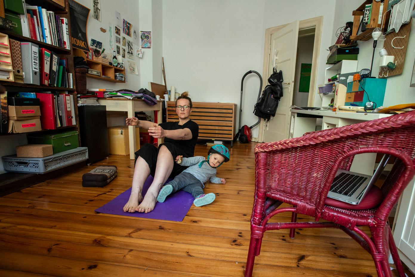 Katalin und Juki beim Pilates, Lichtenberg  © Marcus Lieberenz/bildbuehne.de