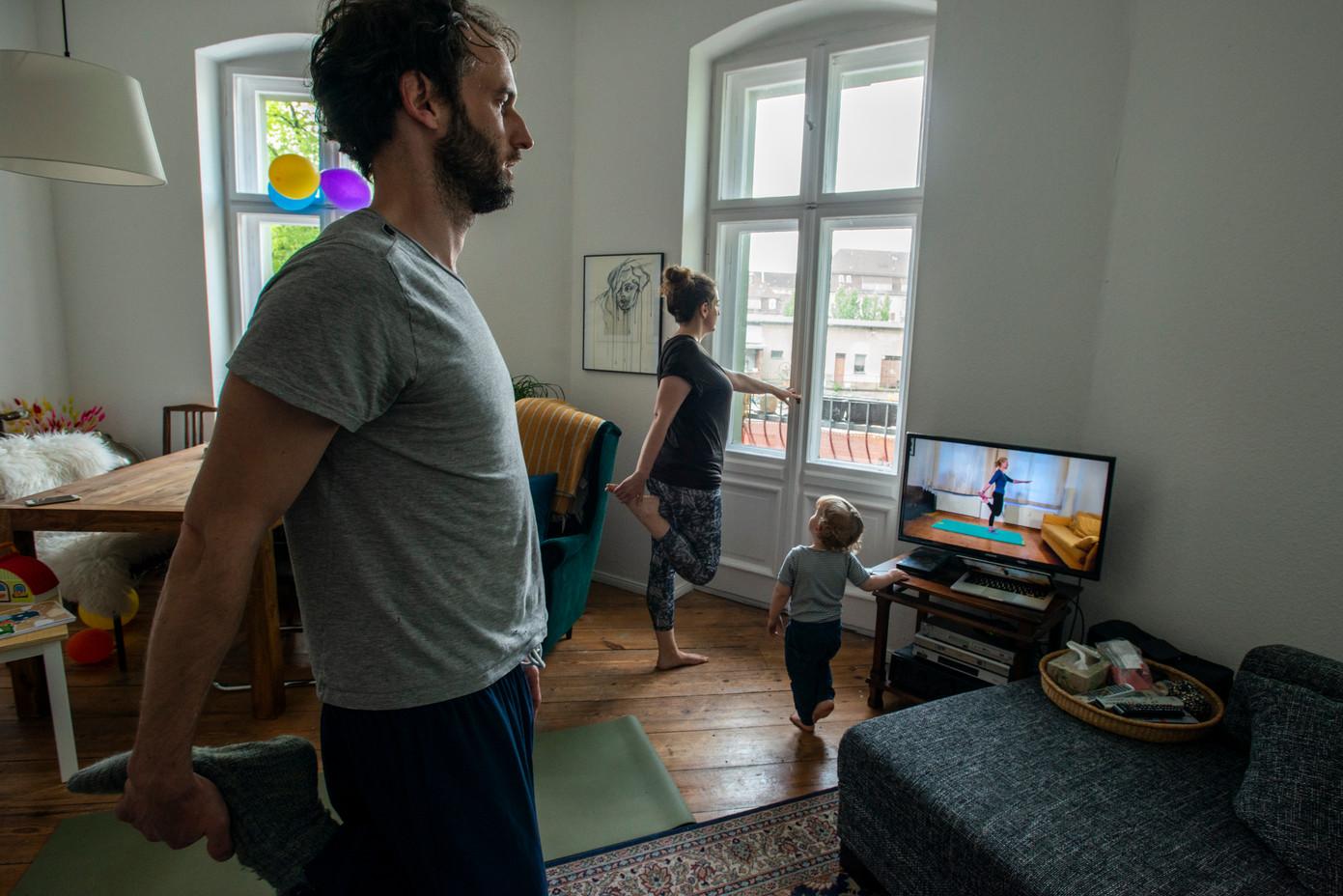 Helge, Lisiane und Maxime beim Pilates, Neukölln  © Marcus Lieberenz/bildbuehne.de